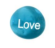 Schöner blauer Stein mit der LIEBE gemalt auf Front Lizenzfreie Stockbilder