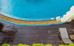 schöner blauer Swimmingpool der Draufsicht Stockfotografie