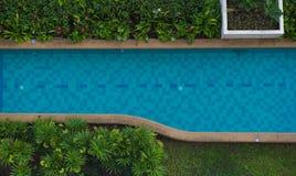 Schöner blauer Swimmingpool der Draufsicht für Hintergrund Stockfoto