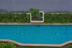 Schöner blauer Swimmingpool der Draufsicht für Hintergrund Stockfotos