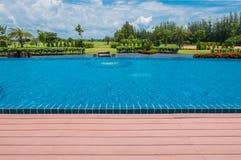 Schöner blauer Swimmingpool für Hintergrund Stockfotos