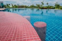 Schöner blauer Swimmingpool für Hintergrund Lizenzfreie Stockfotos