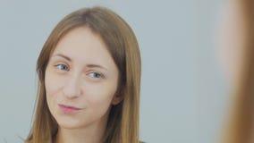 Schöner Blick der jungen Frau auf den Spiegel Lizenzfreie Stockfotos