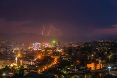 Schöner Blitz über den Skylinen der modernen Stadt nachts Lizenzfreie Stockbilder