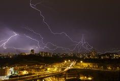 Schöner Blitz im Himmel Stockbild