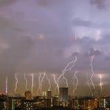 Schöner Blitzschlag über Großstadt Stockfotografie