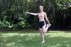 Schöner blonder Athlet, der draußen (1) ausdehnt Stockfotografie