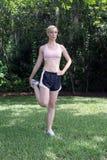 Schöner blonder Athlet, der draußen (2) ausdehnt Lizenzfreie Stockbilder