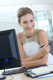 Schöner blonder Büroangestellter Lizenzfreies Stockbild