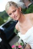 Schöner blonder Brautholdingblumenstrauß Stockbilder