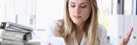Schöner blonder durchdachter Geschäftsfraublick Stockfoto