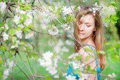Schöner blonder Garten des Mädchens im Frühjahr Lizenzfreie Stockbilder