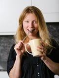 Schöner blonder genießender Kaffee Stockfoto
