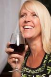 Schöner blonder genießender Wein Lizenzfreies Stockfoto