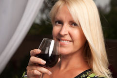 Schöner blonder genießender Wein Stockbild