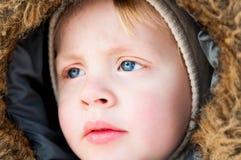 Schöner blonder Junge, der weg schaut Stockfotos
