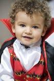 Schöner blonder Junge kleidete mit Vampirrotationen an Stockfoto