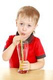 Schöner blonder Junge trank durch ein großes Stroh Stockfoto