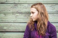 Schöner blonder kaukasischer Mädchenjugendlicher im Profil Stockfoto