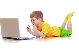 Schöner blonder kleiner Junge in einem gelben Hemd Stockfotos