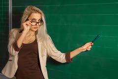 Schöner blonder Lehrer in der Schule Lizenzfreie Stockfotografie