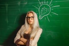 Schöner blonder Lehrer in der Schule Lizenzfreies Stockbild