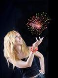 Schöner blonder Magier mit Feuerwerk Stockfotos