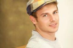 Schöner blonder Mann mit Weinlesehut Stockbilder