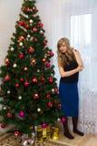 Schöner blonder naher Weihnachtsbaum Lizenzfreie Stockfotos