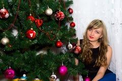 Schöner blonder naher Weihnachtsbaum Lizenzfreie Stockfotografie