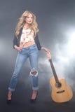 Schöner blonder Rockstar auf dem Stufe-Gesang Lizenzfreie Stockfotografie