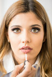 Schöner blonder setzender Lippenstift an Stockfotografie