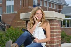 Schöner blonder Student auf dem Campus Lizenzfreie Stockfotos