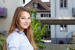 Schöner blonder Student, welche nach einer neuen Ebene sucht Lizenzfreie Stockfotos