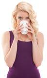 Schöner blonder trinkender Kaffee Stockfotografie