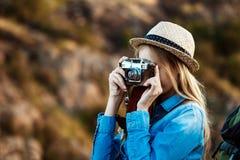 Schöner blonder weiblicher Fotograf, der Foto der Schluchtlandschaft macht Lizenzfreie Stockfotografie
