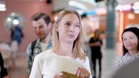 Schöner blonder weiblicher Manager einer Caféunterhaltung freundlich mit barista, Leutestellung hinten stock video