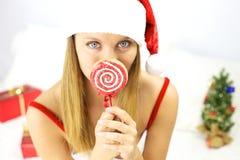 Schöner blonder weiblicher Weihnachtsmann mit Lutscher Stockbilder