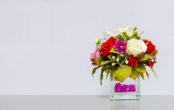 Schöner Blumen-Vase an der Ecke auf Gray Background mit Copyspace zu Input Text benutzt als Schablone Lizenzfreie Stockfotografie