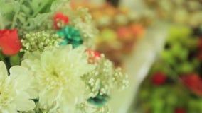 Schöner Blumenblumenstrauß auf der Luxusparteitabelle Extreme Nahaufnahme stock footage
