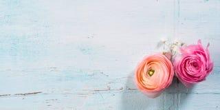 Schöner Blumenrahmenblumenstrauß auf Türkis Stockbild