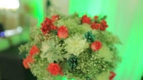 Schöner Blumenstrauß auf der Luxusparteitabelle Extreme Nahaufnahme stock video footage