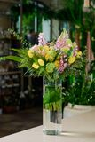 Schöner Blumenstrauß auf Tabelle stockbilder