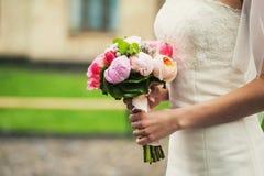 Schöner Blumenstrauß in den Händen Stockbild