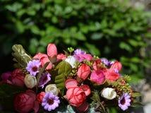 Schöner Blumenstrauß der künstlichen Blumen Stockfotos