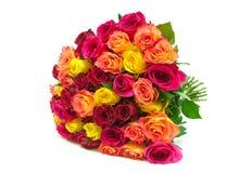Schöner Blumenstrauß der Nahaufnahme der frischen Rosen lokalisiert auf einem weißen BAC Stockfotografie
