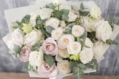 Schöner Blumenstrauß der Nahaufnahme Frühlingsblumen auf grauem Hintergrund Abbildung für smellcomp Hölzerne Tabelle Stockbild