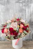 Schöner Blumenstrauß der Nahaufnahme Frühlingsblumen auf grauem Hintergrund Abbildung für smellcomp Hölzerne Tabelle Vertikales F Stockfotos