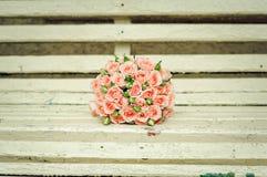 Schöner Blumenstrauß der Rosen liegen auf einer Bank Stockbilder