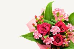 Schöner Blumenstrauß der Rosen und der Gartennelken. Lizenzfreies Stockbild